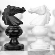 Schach, schwarz-weiße Springer Konfrontation